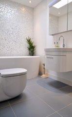 bagno-moderno-bianco-e-grigio.jpg